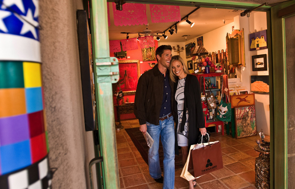 Couple shopping at El Pedregal